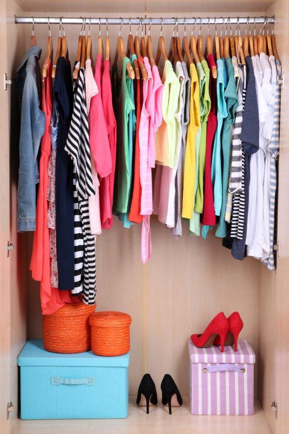 Trucchi per pulire e conservare gli indumenti estivi donnad - Como organizar un armario pequeno ...
