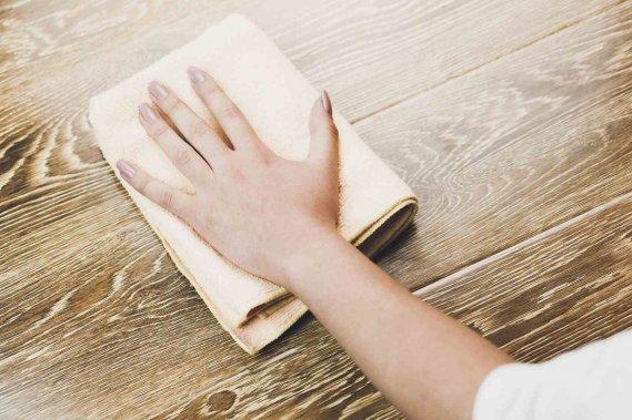 Come pulire il legno tecniche per detergere e sbiancare donnad - Pulire mobili legno cucina ...