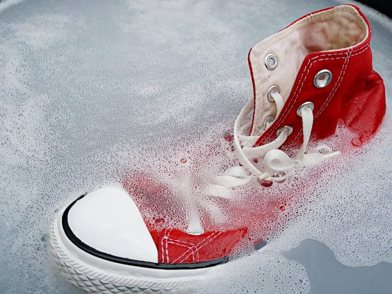 2 trucchi facili e veloci per pulire le scarpe da ginnastica