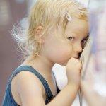 bambina timida