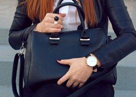 Cosa mettere in borsa per uscire: oggetti essenziali da portare sempre
