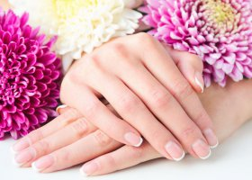 Manicure perfetta: come prendersi cura delle mani a casa