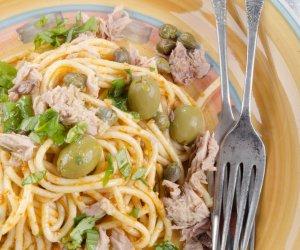 spaghetti pasta tonno olive capperi