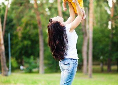 mamma e bambino al parco
