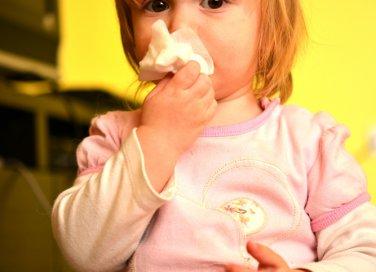 bambina con fazzoletto