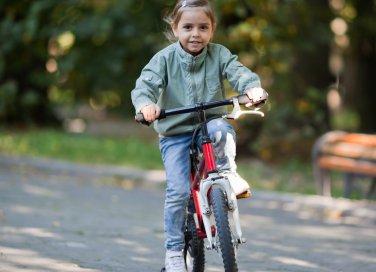 bambina in bici
