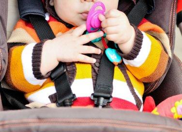 bambino in carrozina