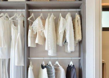 cambio armadio organizzare e mettere in ordine i vestiti