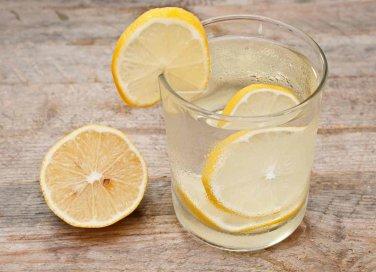 Bere acqua calda e limone al mattino fa bene?