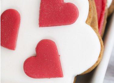 cake design san valentino, cuori pasta zucchero, fiori pasta zucchero