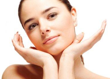 Pulizia del viso con olio indiano o di ricino contro i punti neri