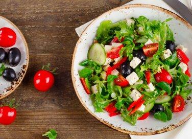 Insalata mediterranea con feta e olive, gli ingredienti e come si prepara