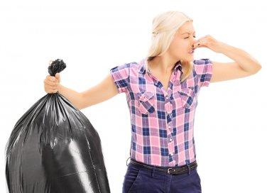 come eliminare cattivi odori spazzatura, come non far puzzare umido