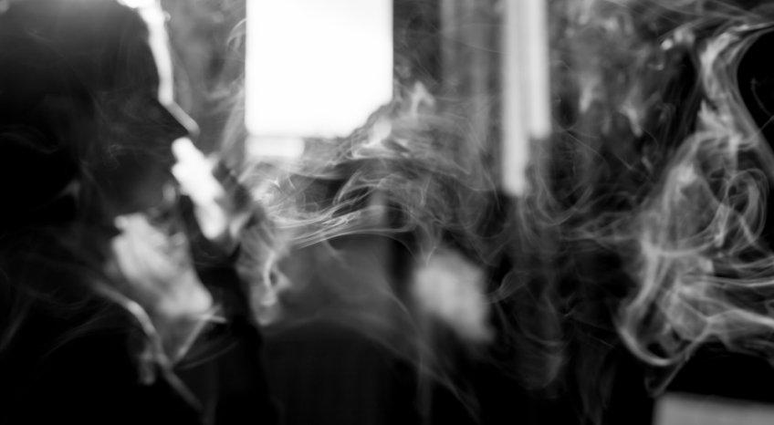 Come eliminare la puzza di fumo di sigaretta in casa, 5 rimedi facili