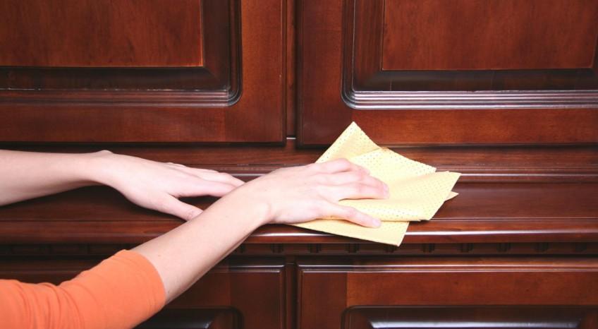 Come pulire le ante dei mobili in legno laccato senza rigarle