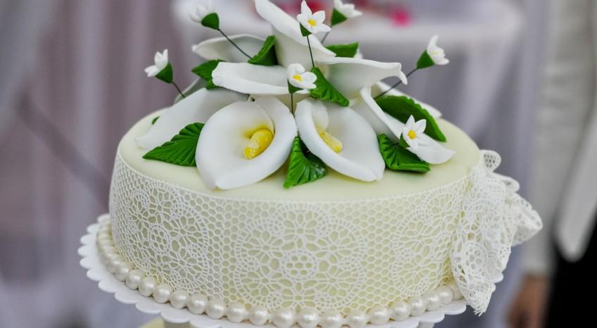Calle in pasta di zucchero, come fare i delicati fiori