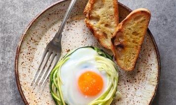 Uova in cocotte di zucchine