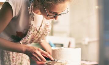 come decorare torta compleanno cialda panna, come decorare torta cialda, come applicare cialda