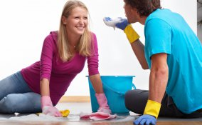 coppia faccende domestiche litigare aiutare mestieri casa pulire lavori appartamento