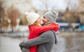 coppia coccole fidanzati abbraccio