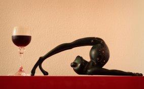 drunk yoga, tendenza fitness, yoga vino