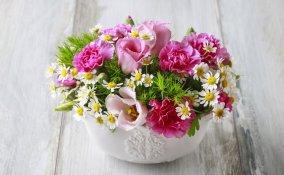 come fare un centrotavola con fiori freschi, realizzare centrotavola fiori