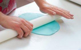 stendere pasta di zucchero, lavorare pasta di zucchero, ammorbidire pasta di zucchero