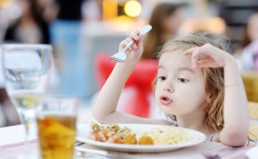 bambina, ristorante
