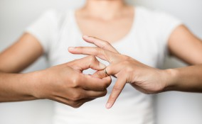come togliere un anello stretto dal dito, cosa fare per togliere un anello stretto