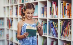Bambina in libreria