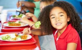 bambino e mensa scuola