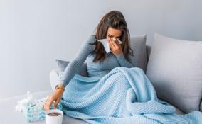 donna con raffreddore