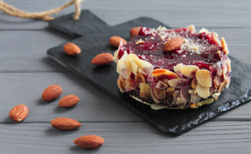 come decorare torta cioccolato, torta cioccolato decorazioni