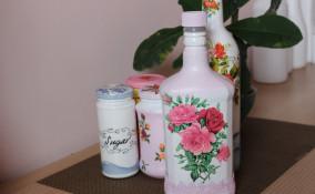 decorare bottiglie vetro decoupage, decorare bottiglie di vetro