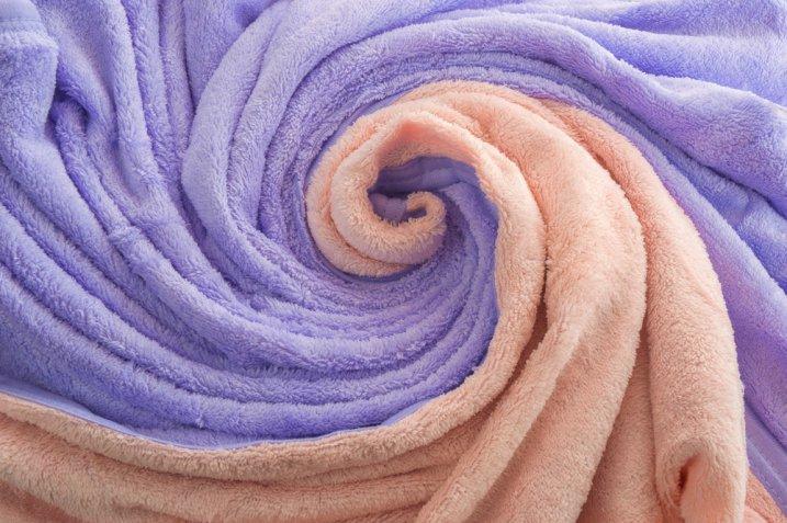 Lavare il plaid di pile: meglio a mano o in lavatrice?