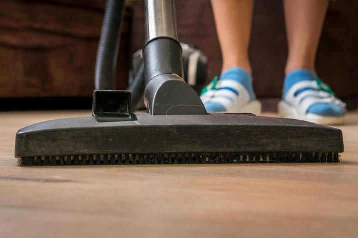 Parquet laminato: come pulirlo per igienizzare la casa a fondo