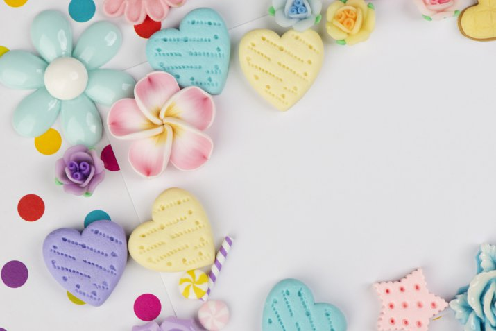 Cake design di San Valentino: cuori e fiori in pasta di zucchero