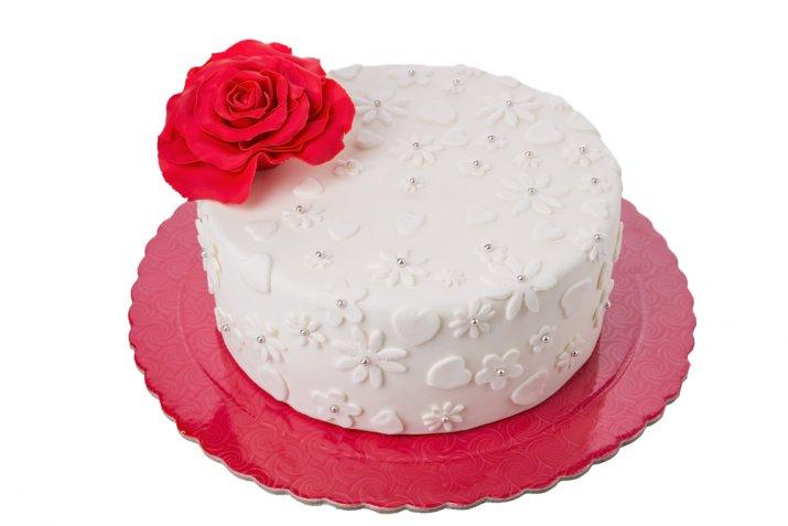 Cake design di San Valentino: come si fa e come si usa il fondente rosso