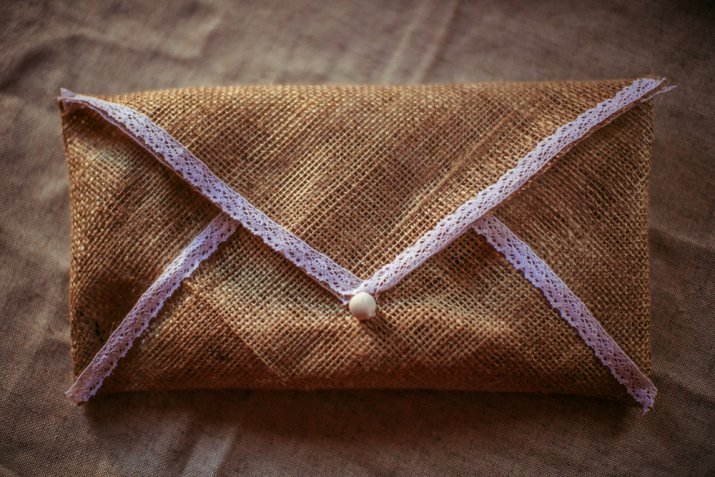 Fai da te di San Valentino: la busta di stoffa cucita a mano per le lettere d'amore