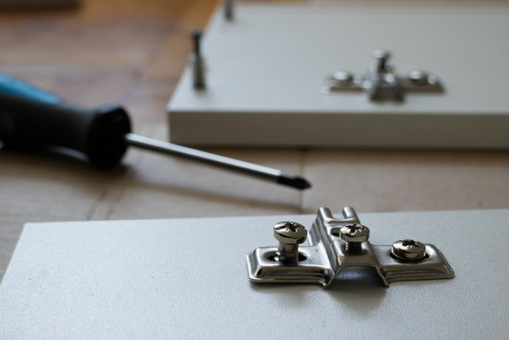 Ante dei mobili rotte, come riparare la cerniera in pochi step