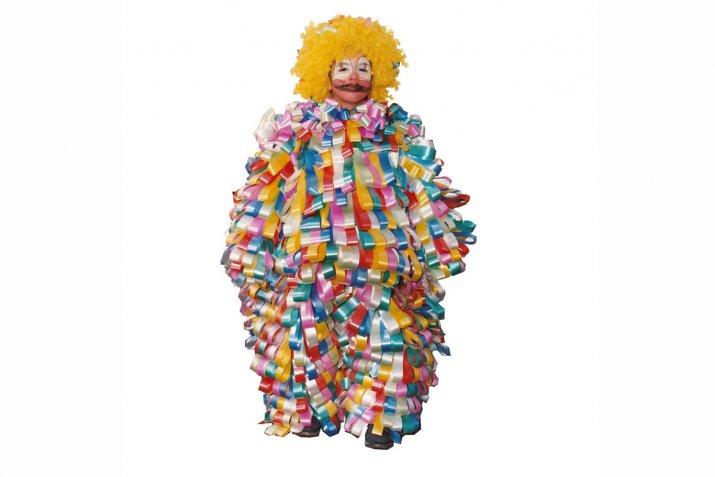 Costumi di Carnevale originali: il riciclo creativo dei nastri dei fiori per un vestito da pagliaccio