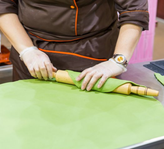 Cake design: come coprire la base della torta con la pasta di zucchero
