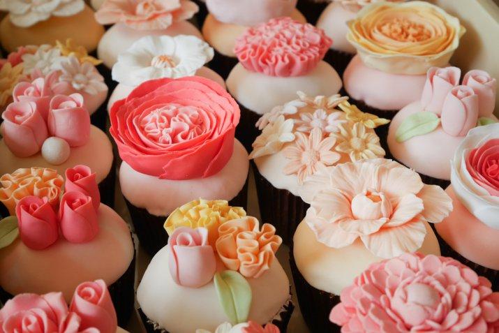 Cupcake di primavera: 7 idee floreali per decorarli con la pasta di zucchero