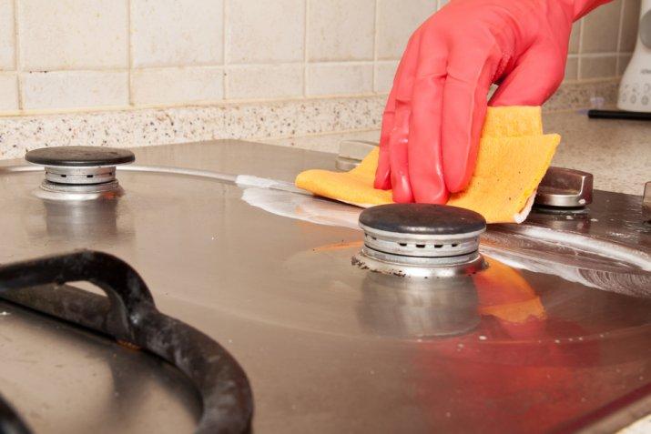 Come pulire i fornelli incrostati senza fatica