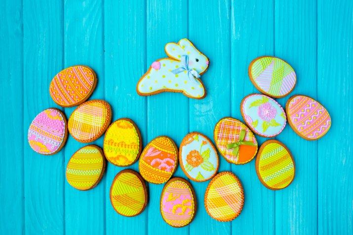 Cake design per la Pasqua: uova e coniglietti decorati con la pasta di zucchero