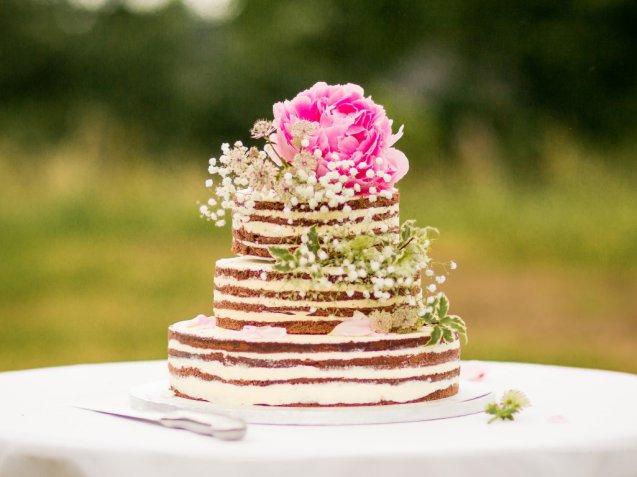 """Naked cakes per il matrimonio, le torte nuziali """"scoperte"""" più belle per il grande giorno"""