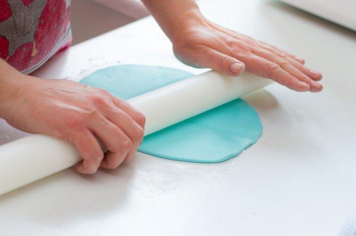 Come colorare la pasta di zucchero con i metodi facili