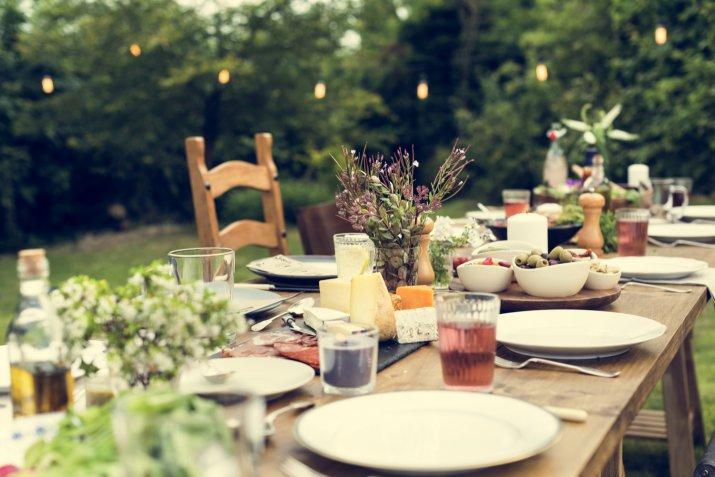 Cena in terrazza o giardino: come apparecchiare tavola | DonnaD