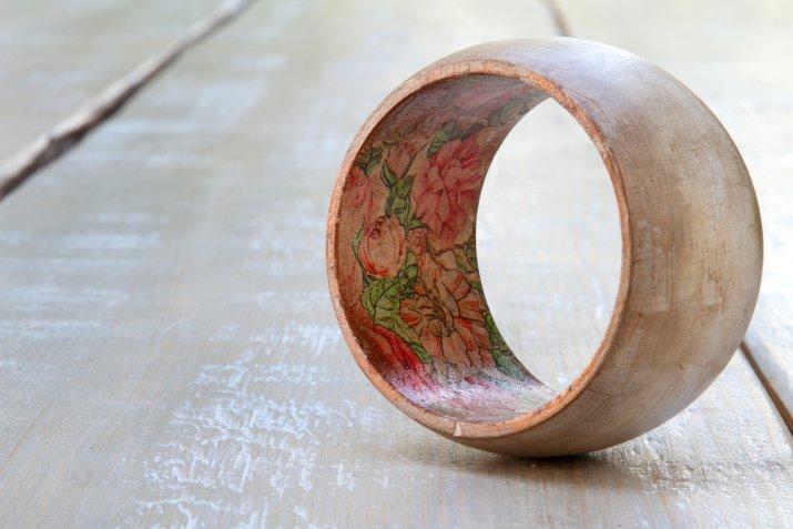 Come decorare i bracciali di legno con il decoupage per avere degli accessori unici