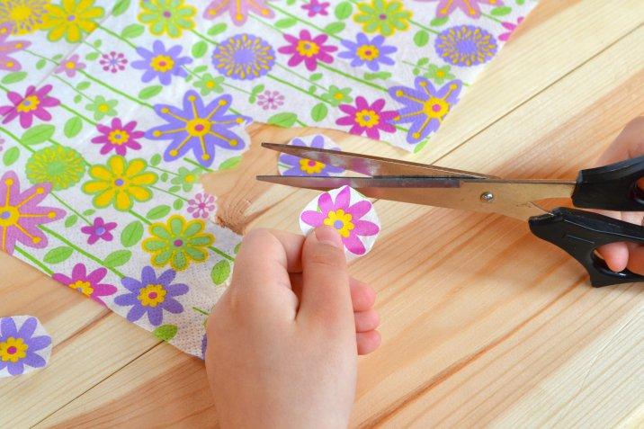 Come decorare una borsa di paglia con il decoupage creativo